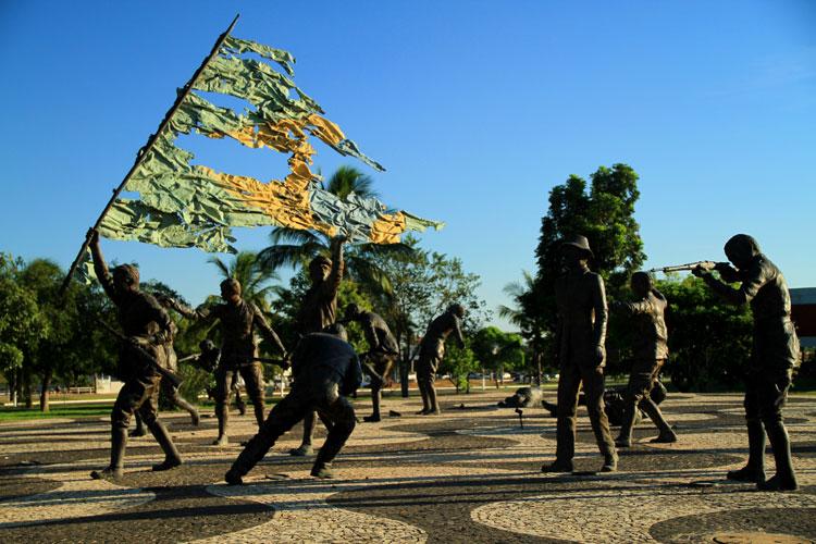 """Outra obra que pode ser vista na Praça dos Girassóis, em Palmas é o monumento """"Os 18 do Forte de Copacabana"""", uma homenagem a um movimento militar de revolta contra o governo da República Velha"""