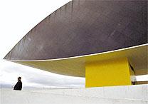 Visitante passeia no Museu Oscar Niemeyer, em Curitiba (PR); pacote sai por R$ 498