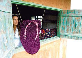 A paulista Mel Luz trabalha na confecção de tapetes na praia do Espelho