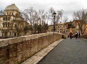 As pontes que cruzam o Tibre s�o uma �tima introdu��o ao bairro de Trastevere