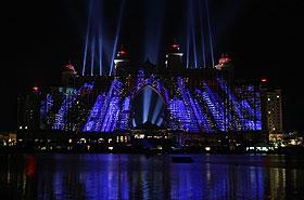 """Luzes iluminam o """"Atlantis, The Palm"""", inaugurado nesta quinta"""