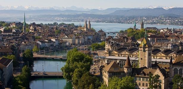 O rio Limmat corta o centro histórico de Zurique; ao fundo, o lago da cidade