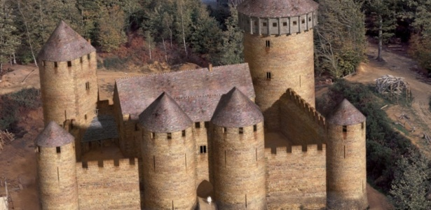 Реконструкция средневекового замка.