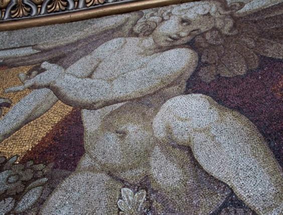 Mosaicos que parecem estarem em 3D enfeitam as paredes no primeiro estágio da subida ao domo da basílica de São Pedro, no Vaticano