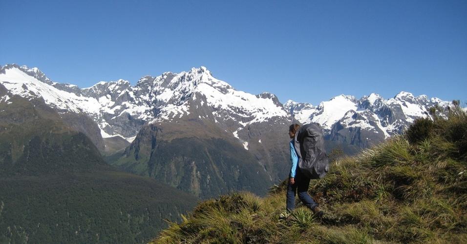 Lauren King aprecia a vista da trilha Routeburn, na Nova Zelândia