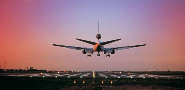 Ao retirar o bilhete não esqueça de verificar se a data, a hora, o local de embarque e o número do voo estão corretos.