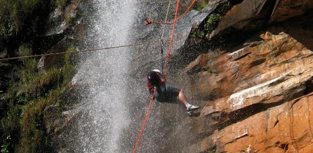 Homem pratica canyoning em paredão com cachoreira em Brotas