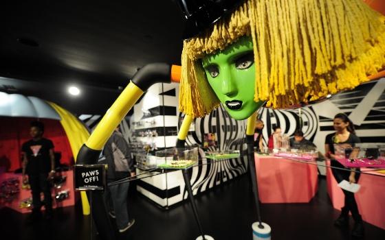 lady-gaga-abre-loja-de-natal-em-nova-york-1322001664433_560x350.jpg (560×350)