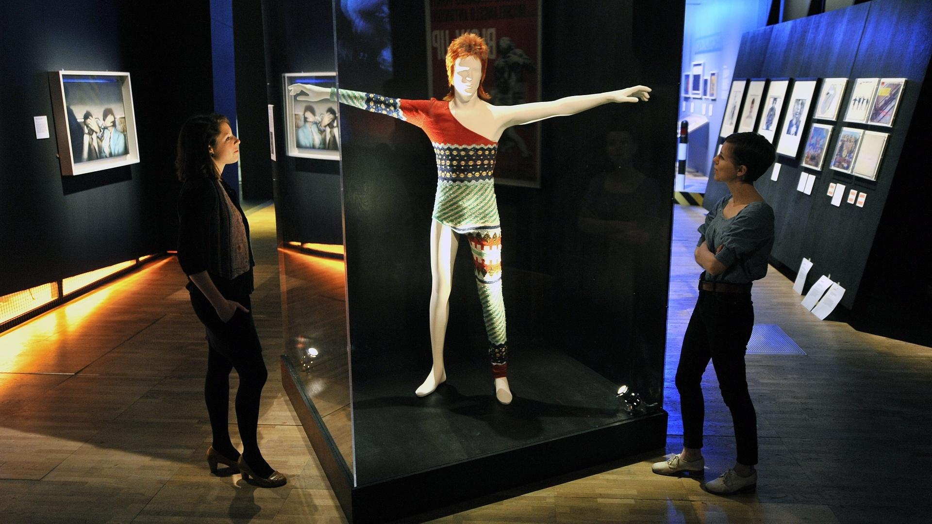 Em exposição realizada no Museu Victoria & Albert, em Londres, manequim exibe a roupa que Kansai Yamamoto desenhou para David Bowie em 1973.