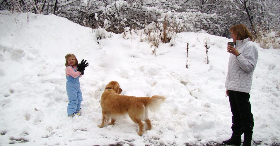 Criança brinca com cachorro