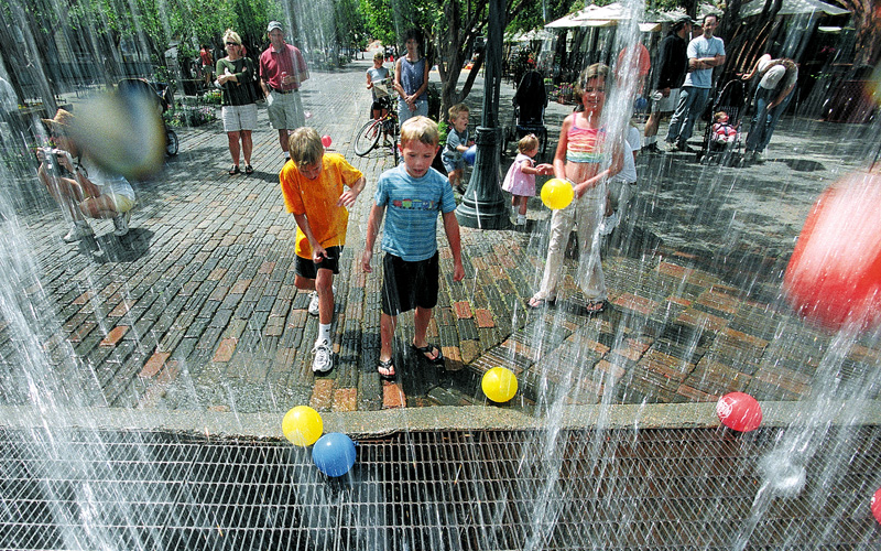 Crianças brincam com água