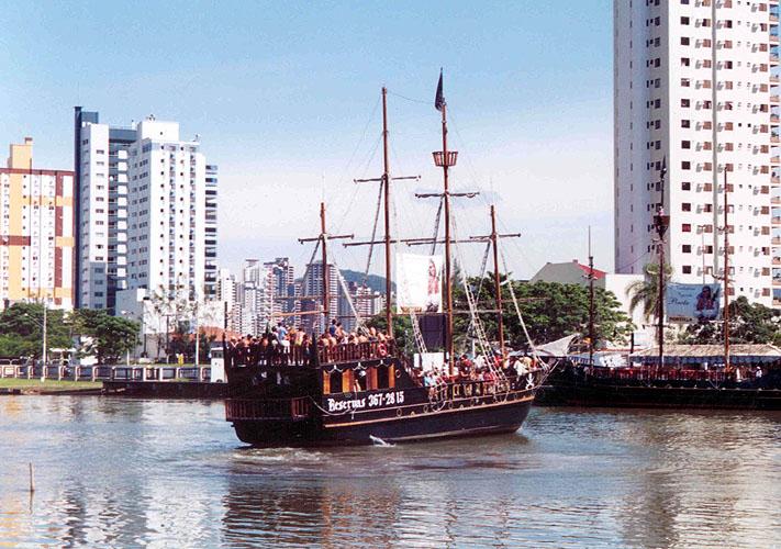 Barcos em Camboriú