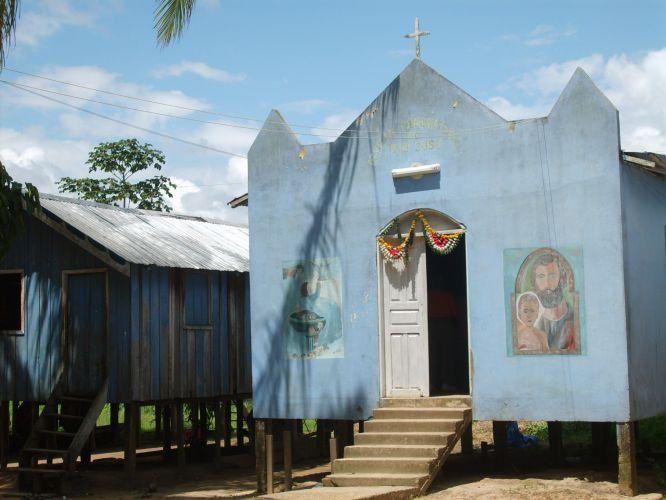 Igreja sobre palafitas