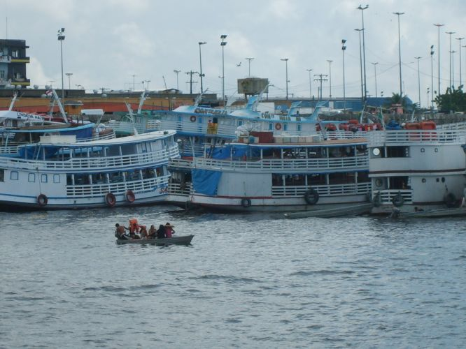 Barcos no porto de Manaus