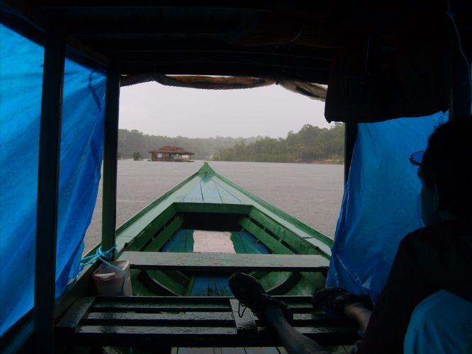 Lancha leva turistas para hotel da selva