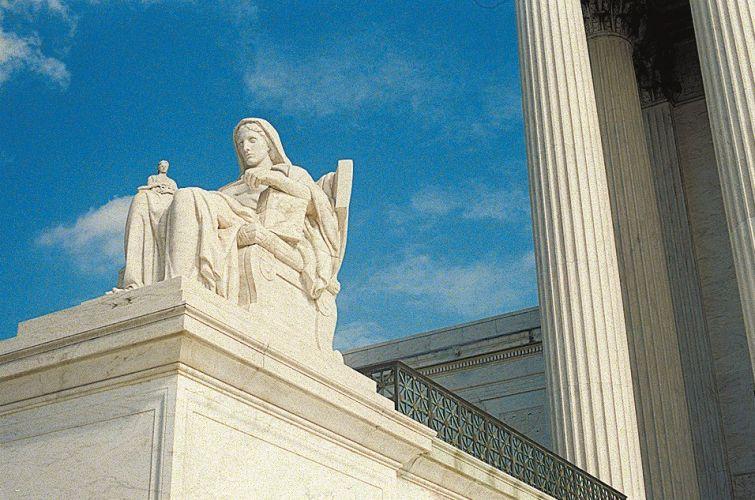 Escultura no prédio da Suprema Corte dos EUA