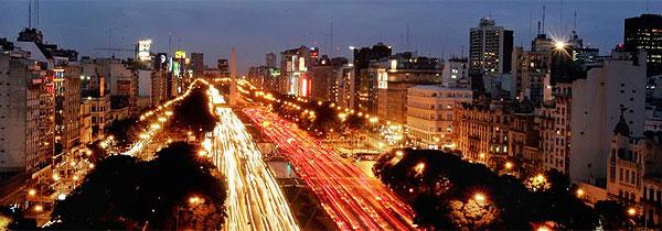 Trânsito na avenida 9 de Julio, em Buenos Aires