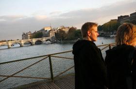 Um passeio pela Pont des Arts ao entardecer