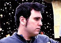 O vocalista Gabriel Thomaz curte som bem alto na estrada