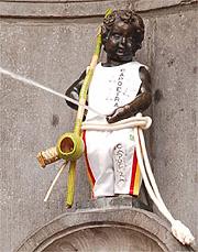 Manneken-Pis, célebre monumento de Bruxelas, com roupa de capoeira