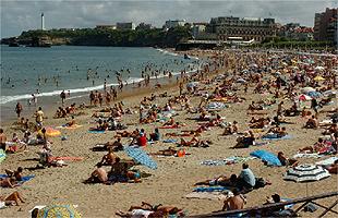 Praia lotada de banhistas, em Biarritz, na França