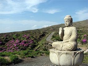 Estátua de Buda em Aso-san, terra de vulcões
