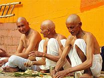 Hare krishnas almoçam em rua da cidade sagrada de Varanasi