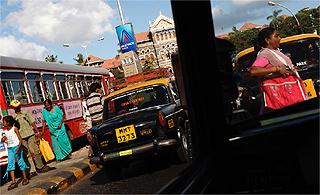 As ruas de Mumbai, na Índia, estão sempre lotadas