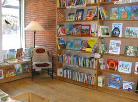 Tesouros em livros usados esperam pelo turista na Crow Bookshop, em Burlington