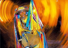 Folião pronto para ir para o bumba-meu-boi, festa junina que alegra São Luís