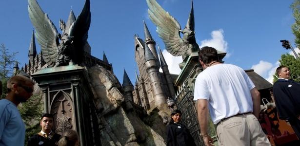 A fila para a atração 'Harry Potter e a Jornada Proibida' passa pelos portões de Hogwarts, no Universal Orlando Resort, na Flórida