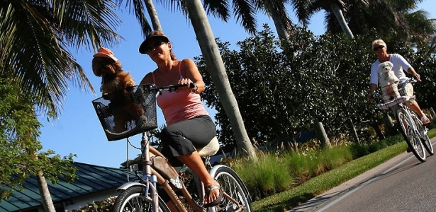 Visitantes passam de bicicleta ao longo de Gordon Drive, em Naples - Chip Litherland/The New York Times