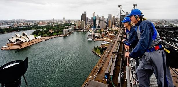Turistas apreciam a vista da Harbour Bridge, em Sydney