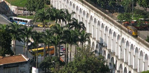 Arcos da Lapa são vistos de um ângulo inusitado desde o Parque das Ruínas, em Santa Teresa, no Rio de Janeiro