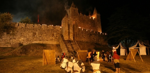 O castelo de Santa Maria da Feira, no norte de Portugal, foi o primeiro local a receber o festival Viagem Medieval; hoje a festa acontece por todo o centro histórico da cidade