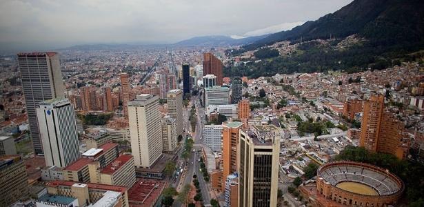 Vista de Bogotá a partir do edifício Colpatria. O bairro montanhoso de Macarena, à direita dos arranha-céus, tem um ar de centro obscuro que atrai o público descolado