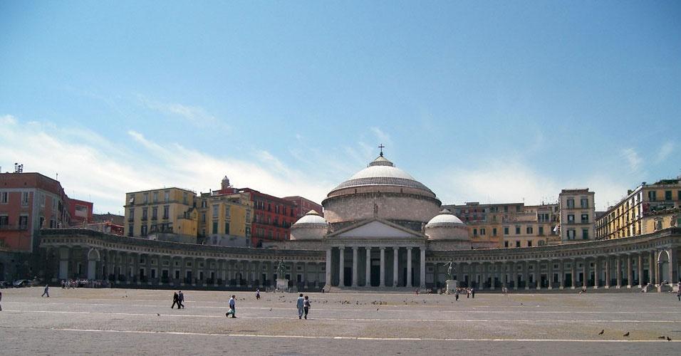 A Piazza Plebiscito é a maior e mais famosa praça de Nápolesm na Itália. O local abriga construções como a igreja de San Francesco di Paola, o Palazzo Reale, o Palazzo Salerno e o Palazzo della Foresteria