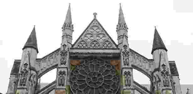 Detalhe da fachada norte da abadia de Westminster, em Londres; a igreja, considerada a mais importante de Londres, é onde acontece a coroação do monarca do país - REUTERS/Suzanne Plunkett