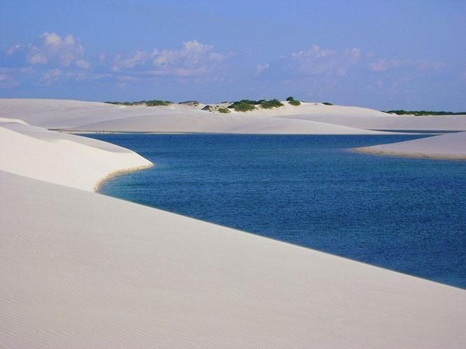 A vegetação sobre as dunas é uma das poucas sinalizações, para os caminhantes