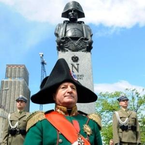 Homem vestido como Napoleão Bonaparte posa para foto na frente de monumento ao personagem histórico em Varsóvia, na Polônia (05/05/2011)  - AP Photo/Alik Keplicz