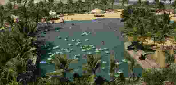 Visitantes se divertem na piscina de ondas do parque aquático Beach Park, em Fortaleza - Flávio Florido/Folhapress