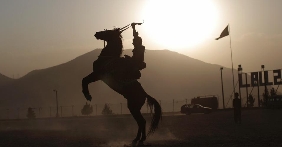 Homem exibe seu cavalo em parque público da cidade de Cabul, capital do Afeganistão