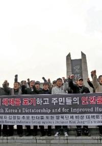 Refugiados norte-coreanos protestam contra o governo da Coreia do Norte