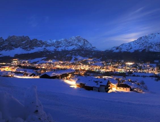 Ao anoitecer, os chalés e montanhas dos alpes dolomíticos, na Itália, criam uma atmosfera bastante romântica