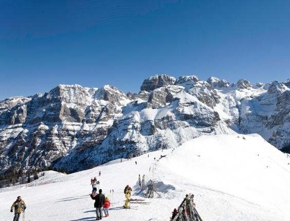 Madonna di Campiglio, na Itália, localiza-se entre os alpes dolomíticos de Brenta e Adamello e, da cidade, os teleféricos garantem fácil acesso aos picos das montanhas nevadas