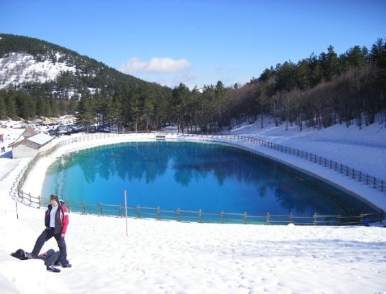Vista do lago que circunda a pista de esqui Dolce Vita, em Ovindoli, na Itália