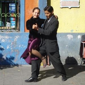 Casal dança tango no bairro da Boca, palco de festival mundial sobre o estilo musical - Melissa Pio/UOL